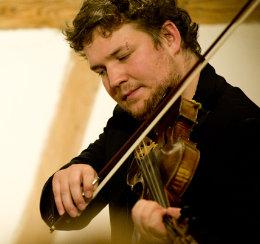 Florian Vogel, hat inzwischen sein Jazzviolinstudium erfolgreich abgeschlossen und ist als Musiker und Violinpädagoge tätig - unter anderem spielt er in der Band Fojgl