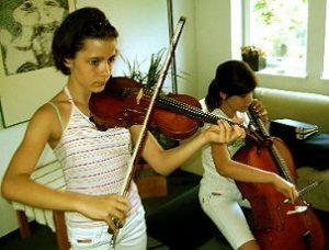 Judith, 12 Jahre (mit ihrer Schwester Hannah am Cello), spielt Geige seit 5 Jahren