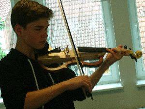 Linus, 13 Jahre, spielt Geige seit 6 Jahren und hat sich seine E-Geige selbst gebaut