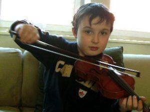 Tim, 7 Jahre, spielt Geige seit 3 Jahren